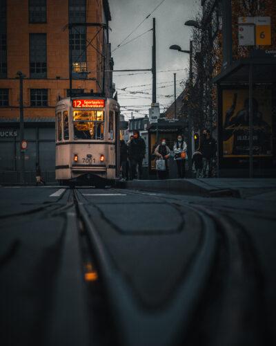Arrêt de tram à Anvers moody street Geoffrey Lje