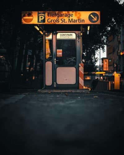 Entrée de parking à Cologne golden hour Street photo Geoffrey Lje