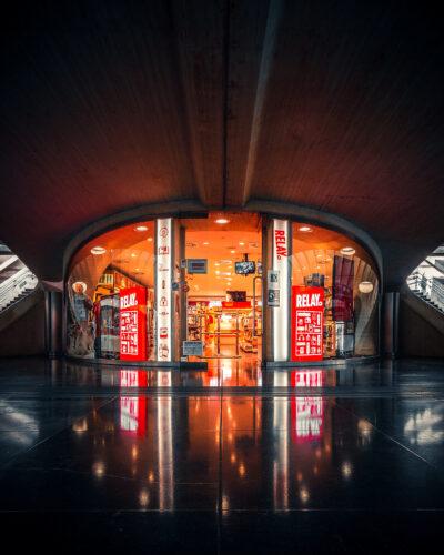 Librairie dans la gare des Guillemins, Liège Street photo Geoffrey Lje