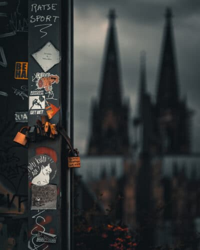 Street photo Cologne avec sa Cathédrale street photo moody tones Geoffrey Lje