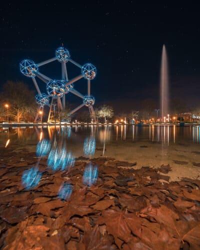 Atomium de Bruxelles nuit étoiles reflet automne feuilles morte fontaine Geoffrey Lje