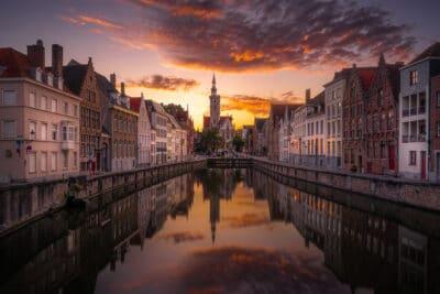 Bruges canaux reflet eglise coucher de soleil Geoffrey Lje