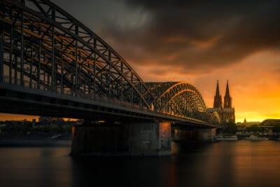 Vue sur la Cathédrale de Cologne coucher de soleil nuages pose longue Geoffrey Lje