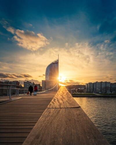 Coucher de soleil derrière la tour des finances, Liège passerelle la belle liègeoise coucher de soleil passants Geoffrey lje