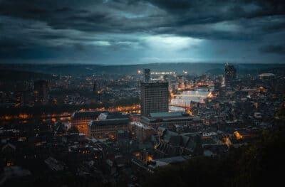 Vue sur Liège par temps orageux panorama nuit Belgique Geoffrey Lje